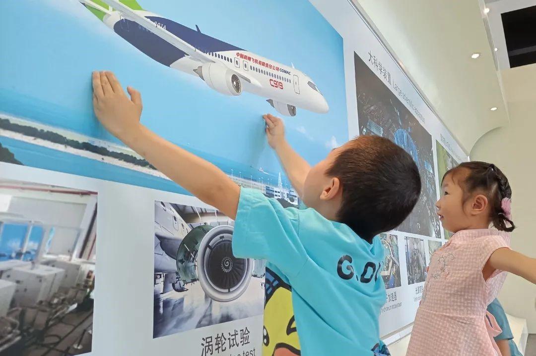 kids loves airplane